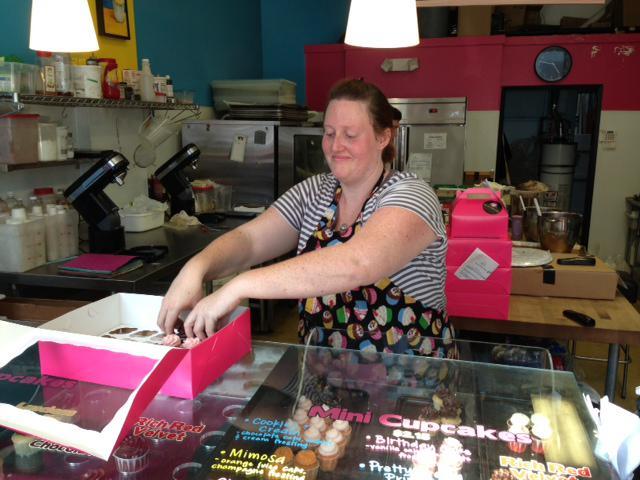 May mắn Hill vẫn còn lựa chọn: một cửa hàng bánh nướng nhỏ và một nhà hàng sushi. Cô mua hộp bánh cupcake giá 0,5896 Bitcoin (khoảng 56 USD) vào năm 2013. Ảnh: Kashmir Hill