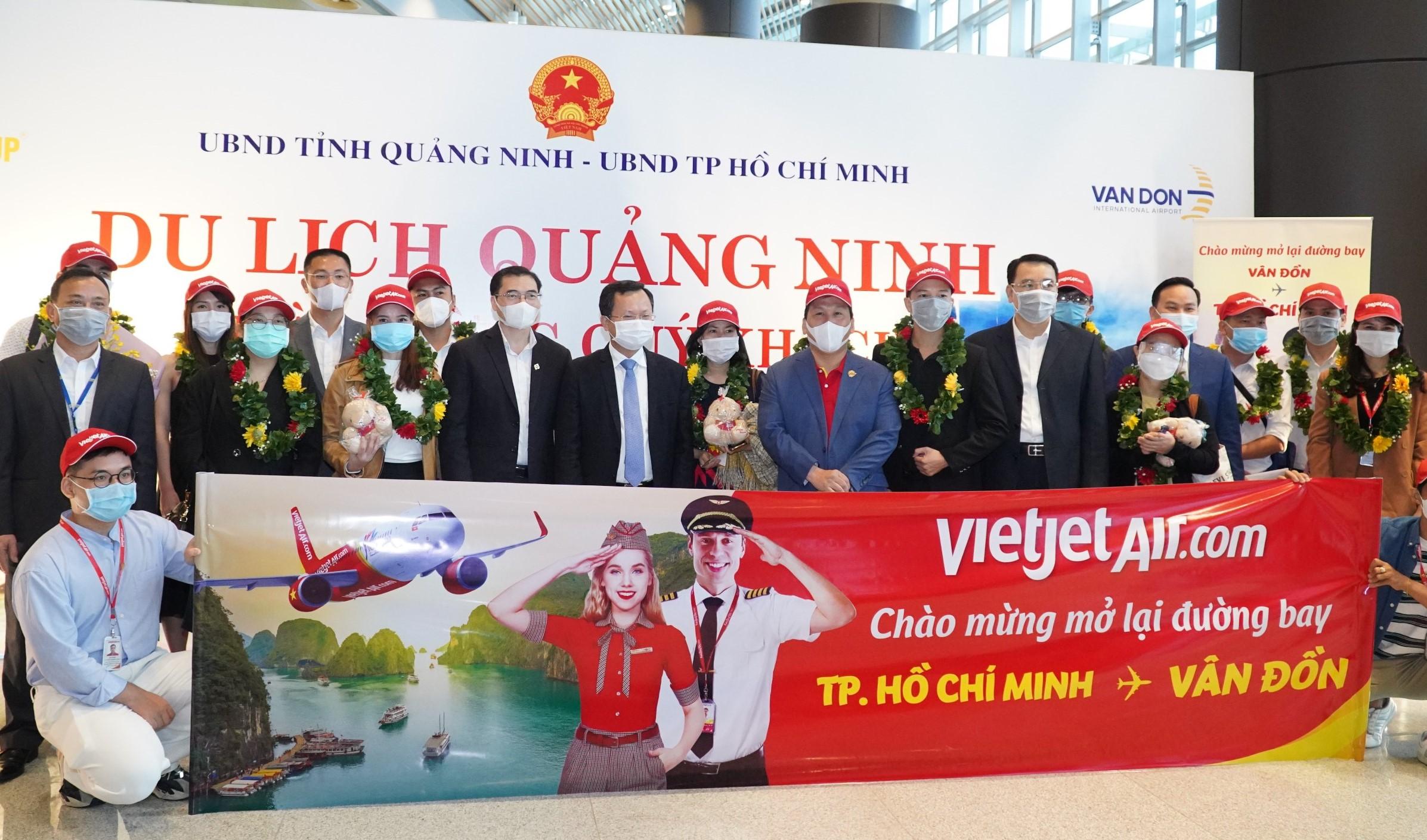 Lãnh đạo tỉnh Quảng Ninh và sân bay Vân Đồn chào đón hành khách trên chuyến bay VJ230 của Vietjet xông đất sân bay năm mới Tân Sửu. Ảnh: Văn Quang.