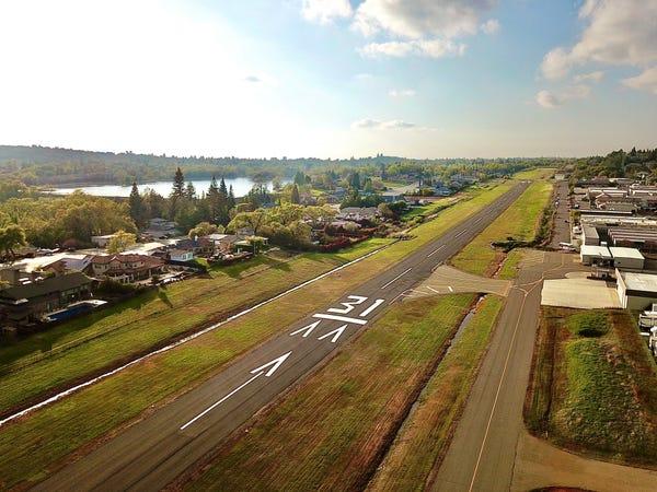 Những căn nhà của Cameron Airpark Estates nằm dọc hai bên đường băng của sân bay Cameron. Ảnh: Cameron Airport