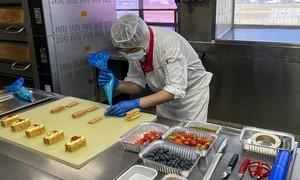 Bếp hãng bay Hong Kong bán cơm cho các khách sạn cách ly