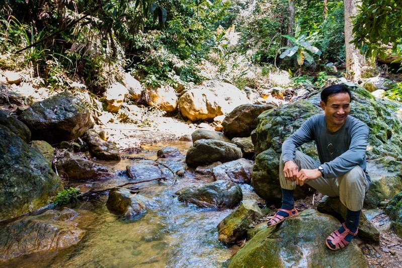 Ông Hồ Khanh còn đi rừng vì đam mê những hang động chưa ai đặt chân đến. Năm 2009 và năm 2011, ông nhận bằng khen của tỉnh về những thành tích tìm ra hang động. Ảnh: Alesha.