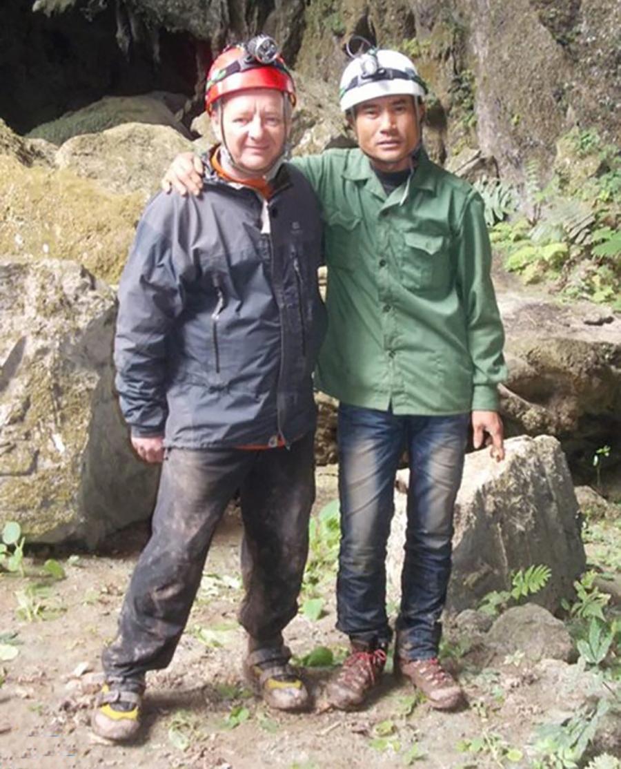 Ông Hồ Khanh (phải) chụp ảnh cùng chuyên gia Howard Limbert (trái) trong chuyến đi rừng năm 2014.