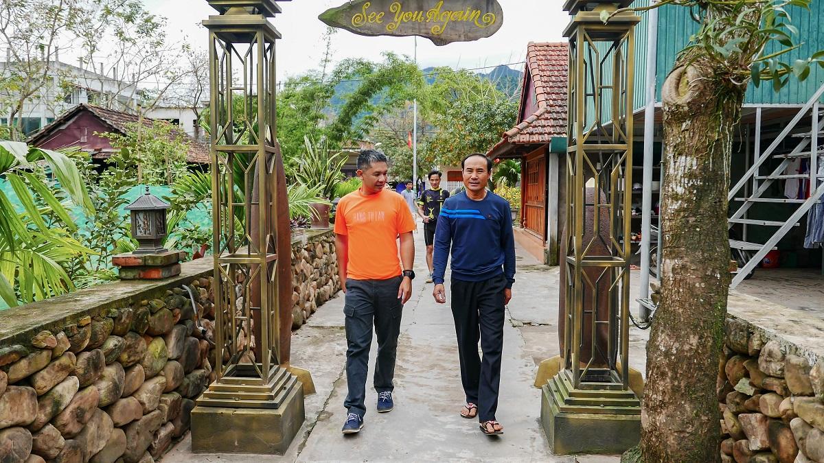 Ông Hồ Khanh (phải) khi đón khách tham quan homestay. Homestay của ông phục vụ được tối đa 30 khách một ngày. Năm 2020, do ảnh hưởng của Covid-19, nơi đây vắng khách nghỉ. Ảnh: Trung.