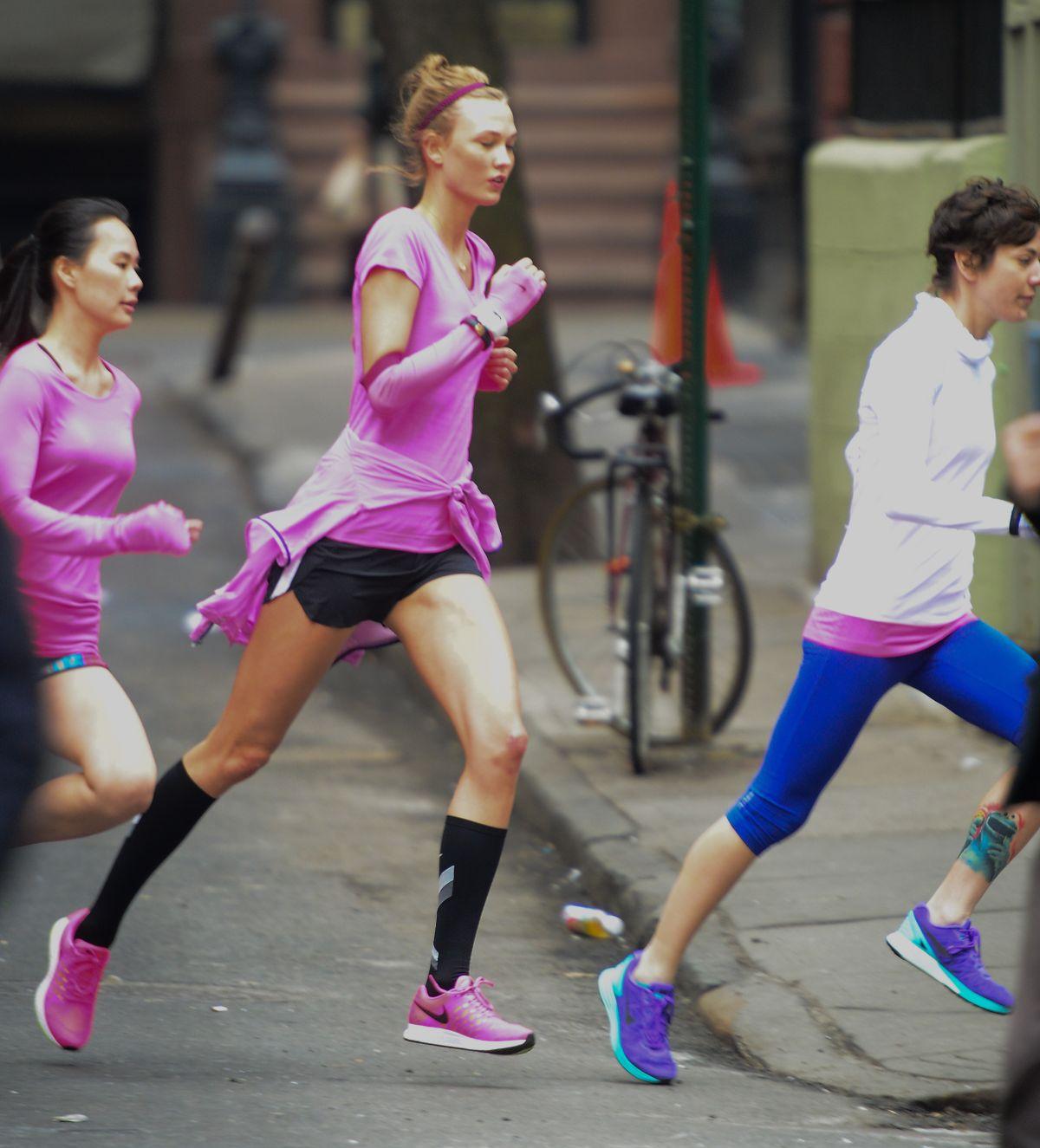 Siêu mẫu trong một chiến dịch chạy thử giày chạy của Nike.