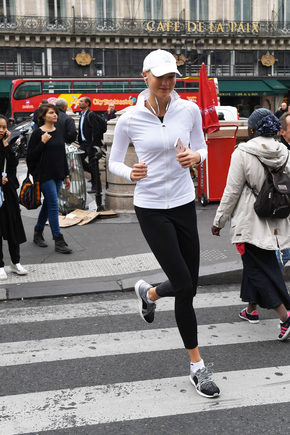 Không ít lần các phóng viên bắt gặp hình ảnh siêu mẫu sải bước, chạy một mình trên đường phố.