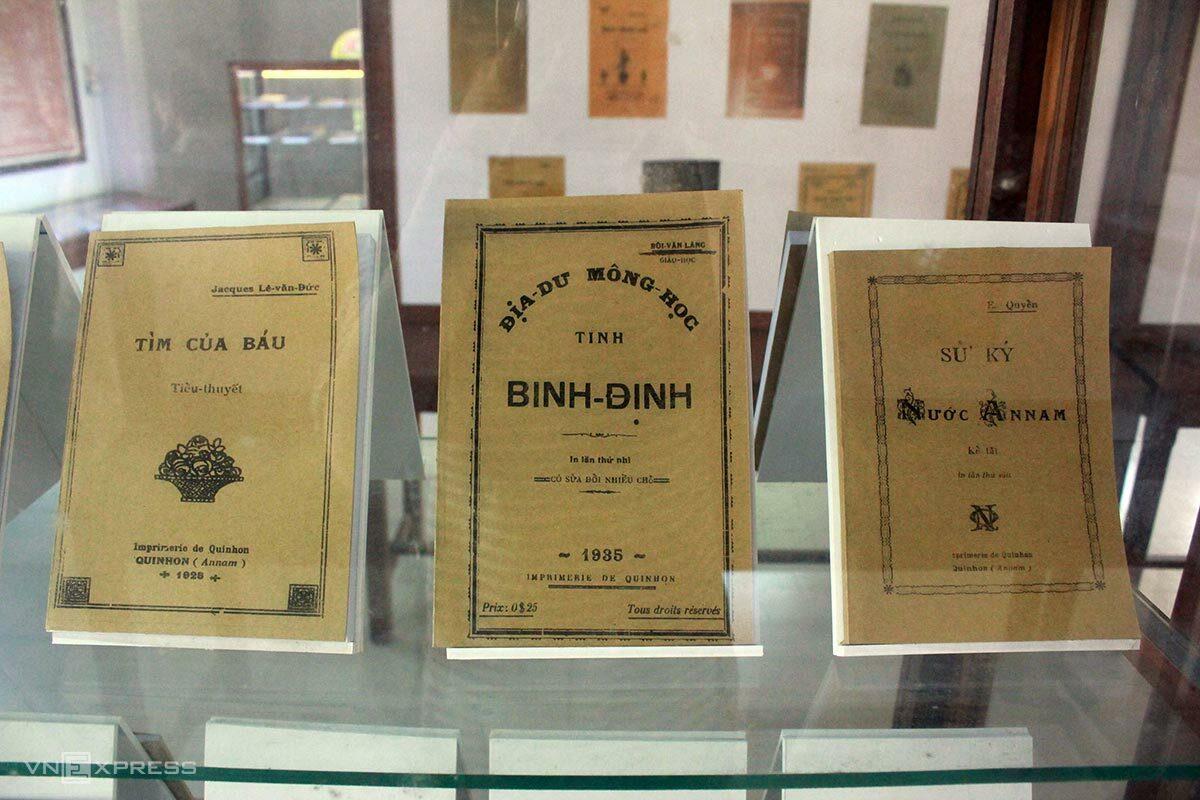 Một số sách tiếng Latin, tiếng Pháp và chữ Quốc ngữ được lưu giữ nguyên bản hoặc tái xuất bản đang có mặt ở nhà thờ Làng Sông. Ảnh: Tâm Linh