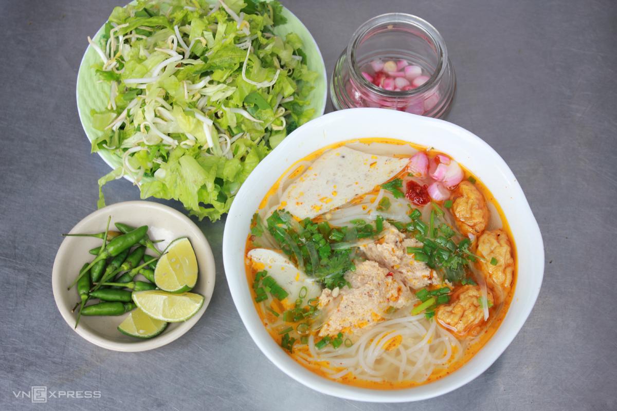 Bún chả cá Bún chả cá không phải là món ăn xa lạ với người Việt, nhất là với những người dân biển dọc miền đất nước. Tuy nhiên, tại Quy Nhơn, món ăn này lại mang hương vị rất riêng, không lẫn vào đâu để mỗi lần đến đây, du khách đều phải tìm để thưởng thức.  Bún chả cá Quy Nhơn là sự kết hợp của những lát chả cá thơm ngon, nước lèo nấu từ cá, vị chua nhẹ của cà chua chín, dứa... Nguyên liệu để nấu món bún chả cá là cá thu. Ngoài ra bạn có thể thay cá thu bằng loại cá khác như cá nhồng, cá rựa, cá mối, cá thác lác...Du khách đến đây có thể thưởng thức món ăn này tại các đường Nguyễn Huệ, Nguyễn Tất Thành... Giá khoảng 20.000-40.000 đồng.