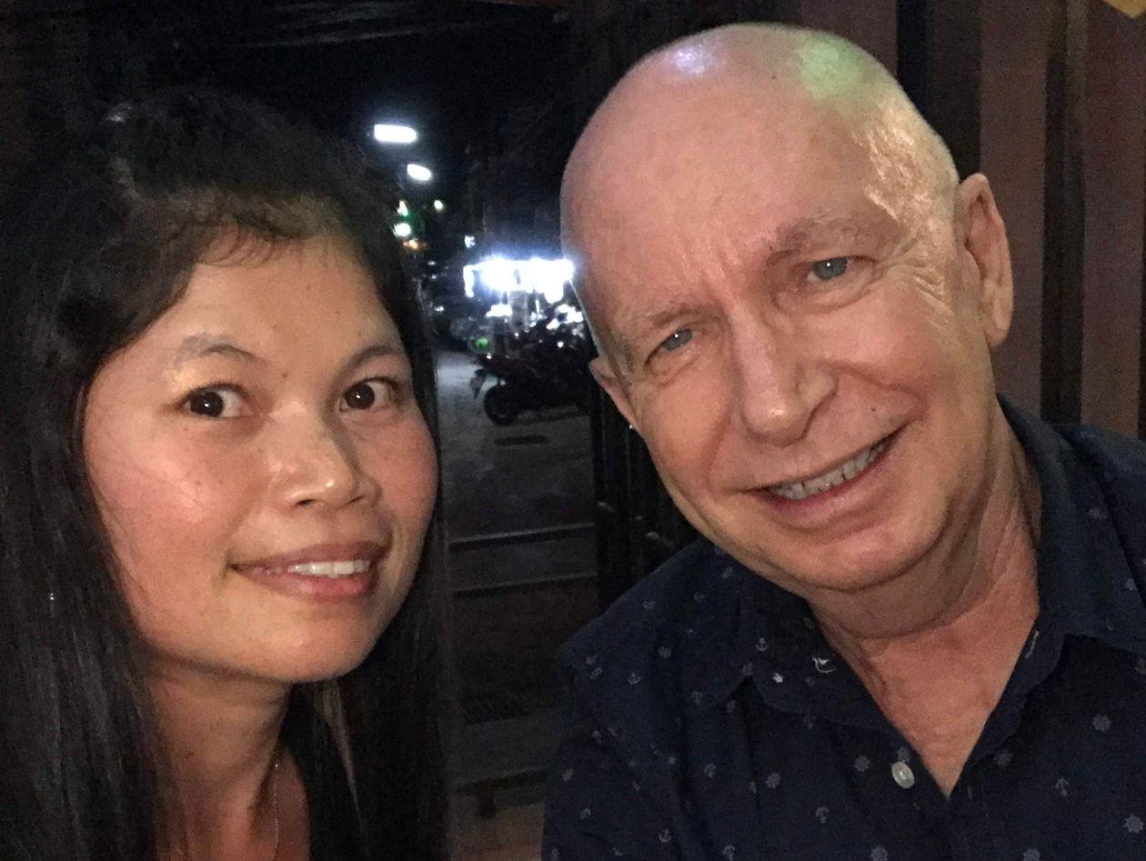 Bowen gặp vợ, Oorathai (ảnh trái) cách đây 8 năm ở Phuket, khi cô đang ngồi uống cà phê trong một nhà hàng. Ảnh: Pete Bowen