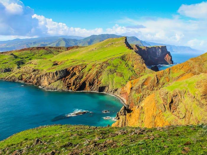 Quần đảo Madeira là quê hương của cầu thủ Cristiano Ronaldo và thường được anh nhắc tới qua những tấm ảnh đăng tải trên Facebook, Instagram cá nhân. Ngoài cái tên được bảo chứng quê hương của Ronaldo, nơi đây còn nhiều phong cảnh đẹp, trải nghiệm du lịch mà nhiều người mong ghé thăm một lần trong đời. Madeira  được mệnh danh là hòn ngọc Đại Tây Dương, bao gồm 4 hòn đảo với thủ phủ là Funchal. Ảnh: The Sun
