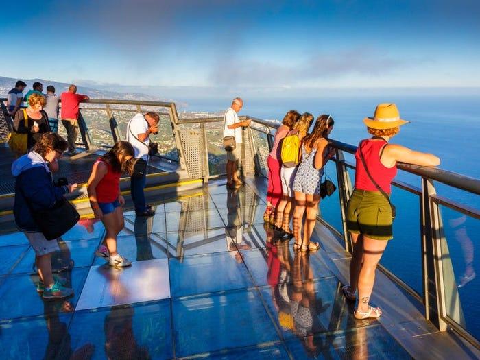 Đi dạo trên mây tại Cabo Girão Mũi Girão là vách đá cao nhất tại châu Âu. Du khách có thể đi trên một cây cầu kính nằm ở độ cao 590 m so với mặt nước biển, được xây nhô ra khỏi vách đá, khiến bạn như đang lơ lửng trên không. Từ đây, du khách có thể chiêm ngưỡng các vách đá khác trên hòn đảo, các trang trại nằm rải rác. Ảnh: VWPics/Universal Images