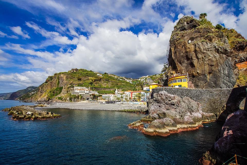 Quần đảo Madeira là quê hương của cầu thủ Cristiano Ronaldo và thường được anh nhắc tới qua những tấm ảnh đăng tải trên Facebook, Instagram cá nhân. Ngoài cái tên được bảo chứng quê hương của Ronaldo, nơi đây còn nhiều phong cảnh đẹp, trải nghiệm du lịch mà nhiều người mong ghé thăm một lần trong đời. Madeira được mệnh danh là hòn ngọc Đại Tây Dương, bao gồm 4 hòn đảo với thủ phủ là Funchal. Ảnh: Shutterstock.