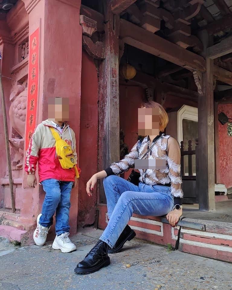 Hình ảnh được đăng trên trang Facebook cá nhân ngày 15/2, về một cô gái mặc áo mỏng nhưng không mặc nội y trước Chùa Cầu. Ảnh: Facebook nhân vật.