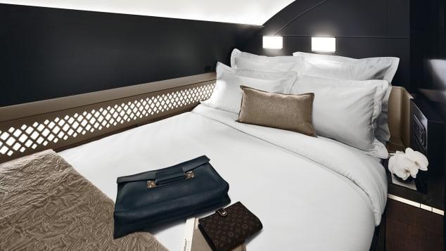 Đứng đầu danh sách mà CNN nhắc tới là Etihad Residence, siêu hạng nhất được thiết kế với một căn phòng riêng kín cổng cao tường, tạo không gian riêng tư tuyệt đối cho khách hàng. Trong căn phòng này là hai chiếc ghế sofa bọc da mềm, giường đôi cùng phòng tắm riêng có vòi sen. Khách ngồi khoang này còn có chế độ quản gia riêng phục vụ.Ngoài ra, hãng cũng phục vụ khoang hạng nhất bình thường bên trong nhưng chiếc Airbus A380. Những căn phòng này có ghế bành bọc da màu bơ, giường riêng và tường cao để tạo không gian riêng tư.