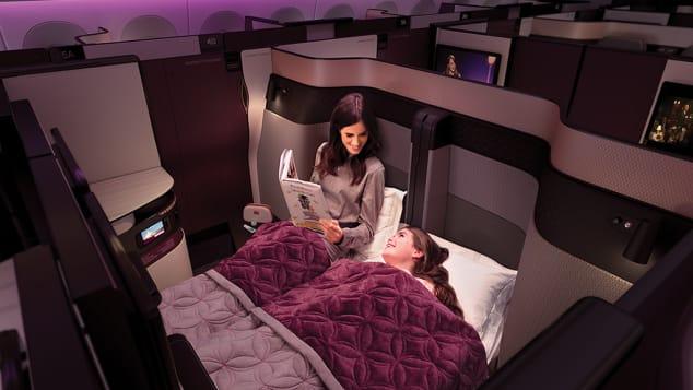 Qatar Airways 777 và A350 QsuitesHãng hàng không quốc gia Qatar đã cách mạng hóa thị trường hạng thương gia với Qsuite. Đây là các khoang thương gia gồm các dãy phòng riêng có mái che với nhiều không gian, màn hình HD và nội thất sang trọng. Nếu bạn đặt hai ghế cạnh nhau ở hàng giữa, phi hành đoàn có thể thu lại bức tường ngăn để tạo thành giường đôi, và thậm chí là không gian riêng tư cho 4 người với 4 ghế cạnh nhau.