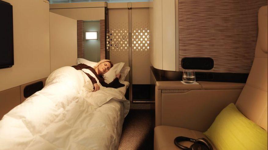 Ngoài ra, hãng cũng phục vụ khoang hạng nhất bình thường bên trong nhưng chiếc Airbus A380. Những căn phòng này có ghế bành bọc da màu bơ, giường riêng và tường cao để tạo không gian riêng tư. Ảnh: Etihad Airways