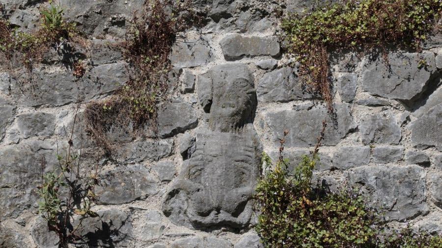 Sheela na gig là những bức tượng điêu khắc đá có từ thời trung cổ, xuất hiện nhiều nhất tại Ireland. Ảnh: Maurice Savage/Alamy Stock