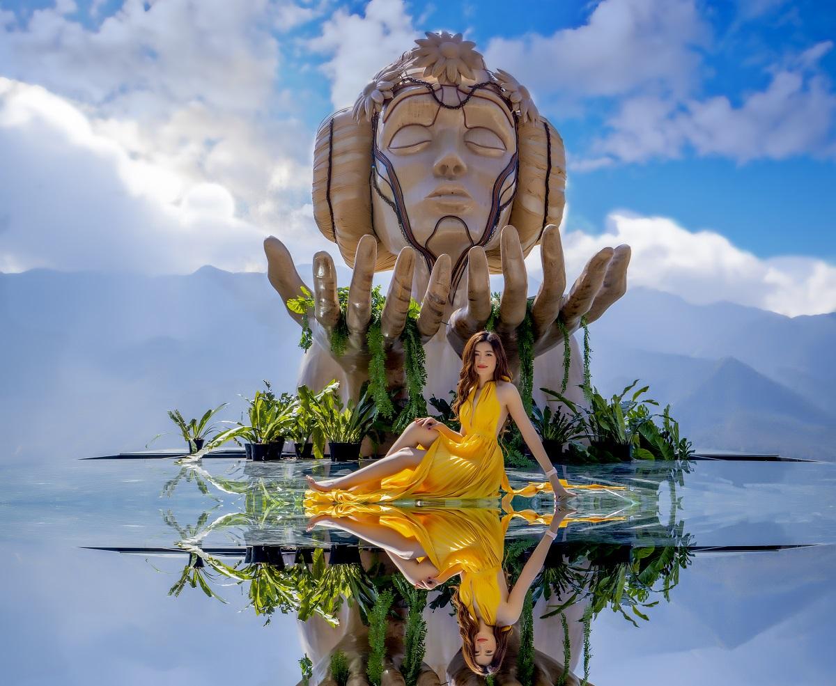 Bên dưới những bức tượng là kính cường lực có trồng các cây dương sỉ, hoa. Hình ảnh phản chiếu được người chụp chỉnh sửa để mắt bắt hơn. Ảnh: Hoàng Trung Hiếu.