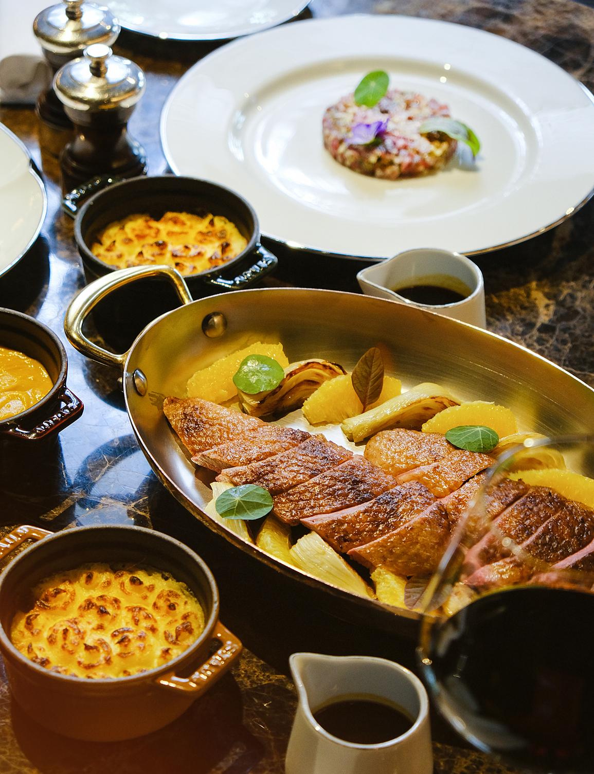 Món ngan Muscovy được bếp trưởng Adrien nấu từ ức ngan, cam, thêm thảo mộc và gia vị đậm đà.