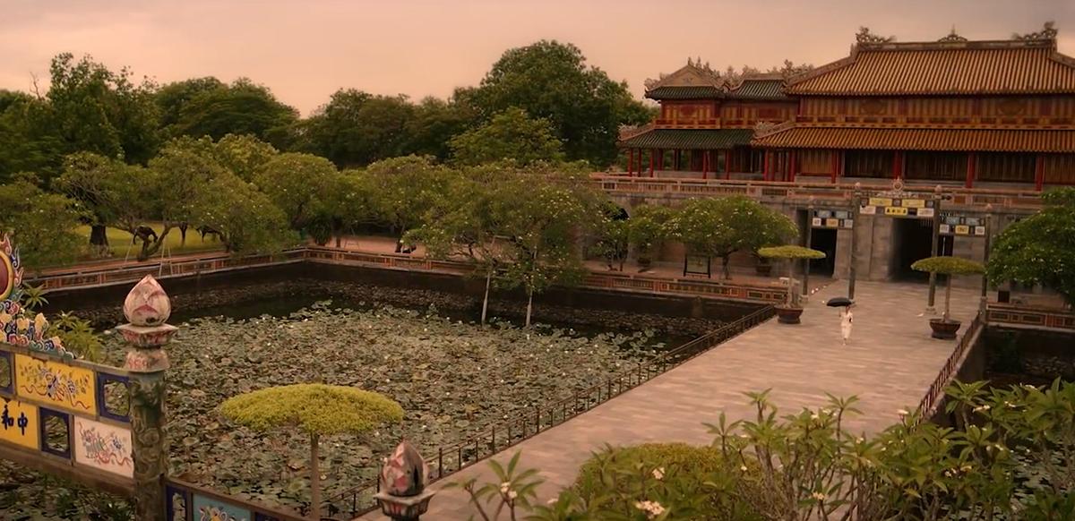 Ngọ MônNgọ Môn nằm ở mặt tiền của Hoàng thành, là công trình kiến trúc nghệ thuật xuất sắc của triều đại Nguyễn. Ngọ Môn quan xuất hiện trong phim bề thế, cổ kính. Đường dẫn vào điện Thái Hòa được tô điểm bởi 2 bên hồ sen Thái Dịch. Đây là một trong những biểu tượng quan trọng của hệ thống kinh thành Huế, xuất hiện trong nhiều cảnh quay toàn cảnh trong phim.