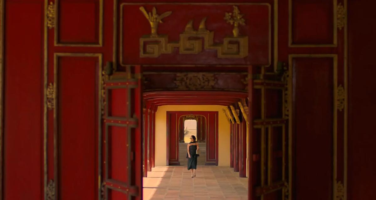 Trường LangHệ thống hành lang có mái che của Hoàng thành Huế ấn tượng khi xuất hiện trong khung hình phim, chứng kiến những bước đi đầy tự tin của nhân vật Lý Linh. Hành lang có chiều dài tổng cộng 903 m, là đường kết nối các công trình kiến trúc trung tâm của Đại nội. Hệ thống cột, cửa được làm bằng gỗ lim, sơn son, thếp vàng.