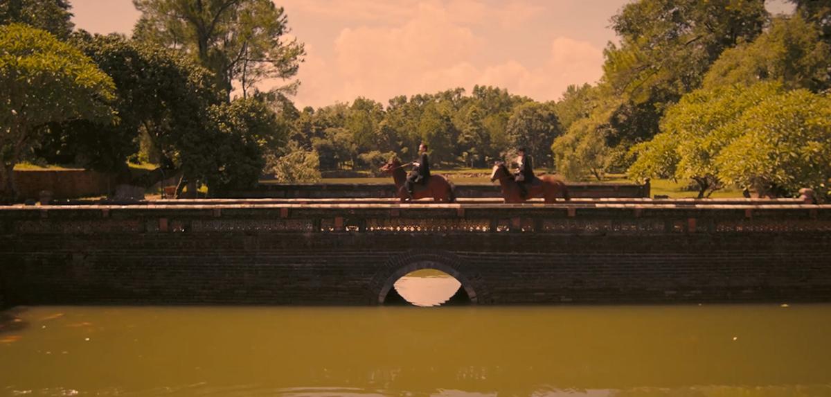 Lăng Minh MạngPhân cảnh cưỡi ngựa của chị em Lý gia được quay trên chiếc cầu bắc vào lăng Minh Mạng. Trong khuôn viên lăng có 2 hồ là Trừng Minh và Tân Nguyệt. Địa điểm này nằm trên núi Cẩm Khê, gần ngã ba Bằng Lãng - nơi hội lưu của hai dòng Hữu Trạch và Tả Trạch hợp thành sông Hương, cách trung tâm thành phố Huế 12 km.