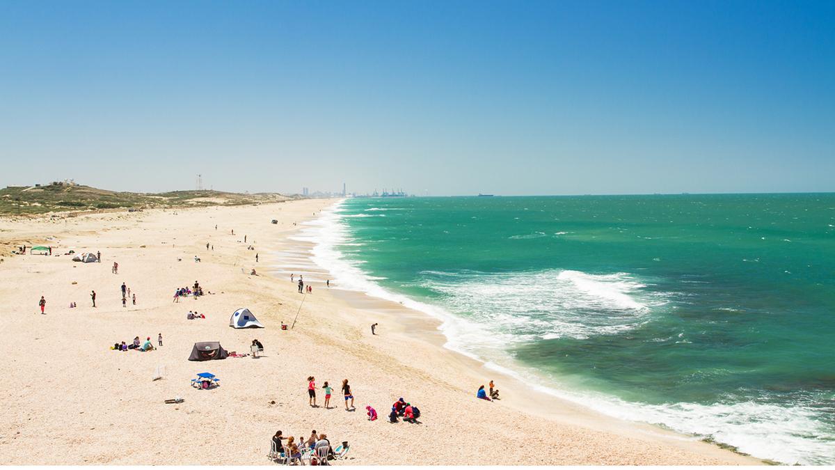 137 bãi biển và môn thể thao đặc biệtIsrael sở hữu 137 bãi biển. Đa phần đều làm say lòng du khách với màu biển xanh ngọc lam và bờ cát trắng. Điều này khiến nơi đây được xem là thiên đường của mặt trời, biển và matkot - một môn thể thao quốc gia không chính thức. 2 người chơi đi chân trần, sử dụng vợt chuyên dụng và đánh chuyền qua lại một quả bóng cao su. Trò chơi không có lưới ngăn giữa 2 người chơi và cũng không tính điểm số. Ảnh: Suprun Vitaly/Shutterstock
