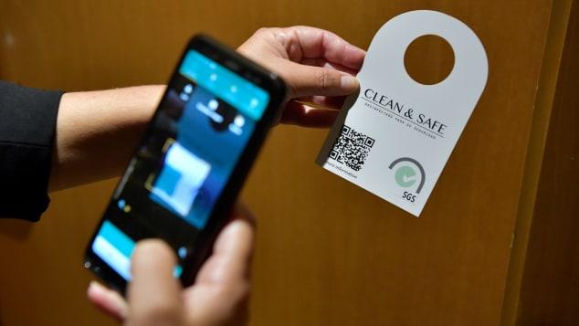 hiều nhà cung cấp dịch vụ tin rằng thế giới du lịch hậu Covid-19 sẽ là điện thoại cá nhân của khách hàng được dùng thay khóa từ để mở cửa phòng, nhắn tin cho lễ tân - dịch vụ phòng thay vì tiếp xúc trực tiếp sẽ được áp dụng rộng rãi và thường xuyên hơn. Ảnh: AFP