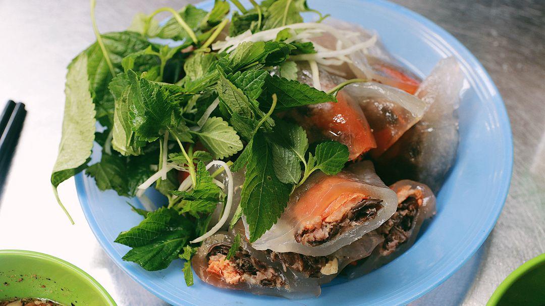 Bánh bột lọc Hà Nội có nhân tôm, thịt băm mộc nhĩ ăn với rau kinh giới, nước mắm tỏi, lạc giã. Ảnh: @fantastecy