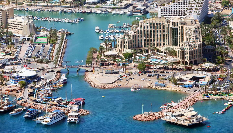 Thành phố miễn thuế  Thành phố Eilat là một Khu thương mại tự do. Mọi giao dịch mua bán được miễn thuế VAT. Trên lý thuyết, mọi giao dịch ở đây sẽ rẻ hơn 17% so với các nơi khác tại Israel. Ngoài mua sắm, thành phố cảng cũng thu hút du khách yêu lặn biển. Ảnh: World Travel Guide