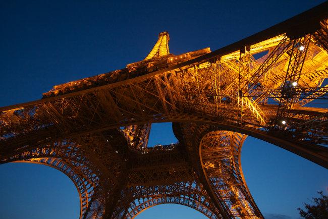 Tháp Eiffel nhìn dưới góc độ du khách xếp hàng bên dưới. Ảnh: Gary Denham/Flickr
