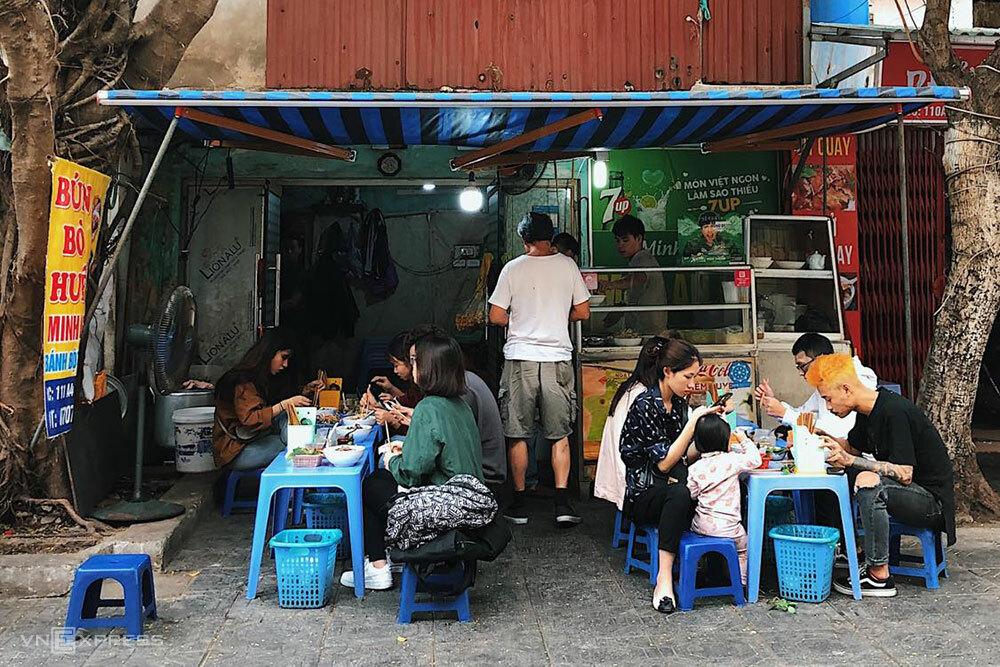 Tobias cho rằng các quán ăn Việt Nam hầu hết nhân viên không mặc đồng phục nên khó để anh nhận diện. Ảnh: Ngân Dương