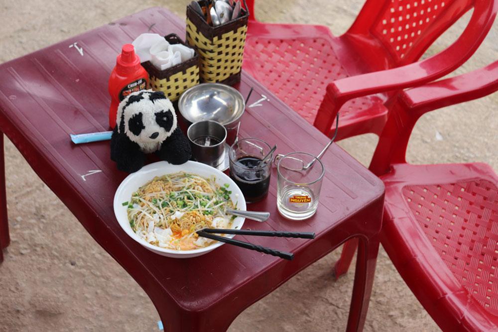 Trên đường du lịch đến Ninh Bình đầu năm 2021, anh từng thử món mì tôm trứng cùng cà phê và nghĩ đây là sự kết hợp hoàn hảo cho một ngày mưa lạnh. Ảnh: NVCC