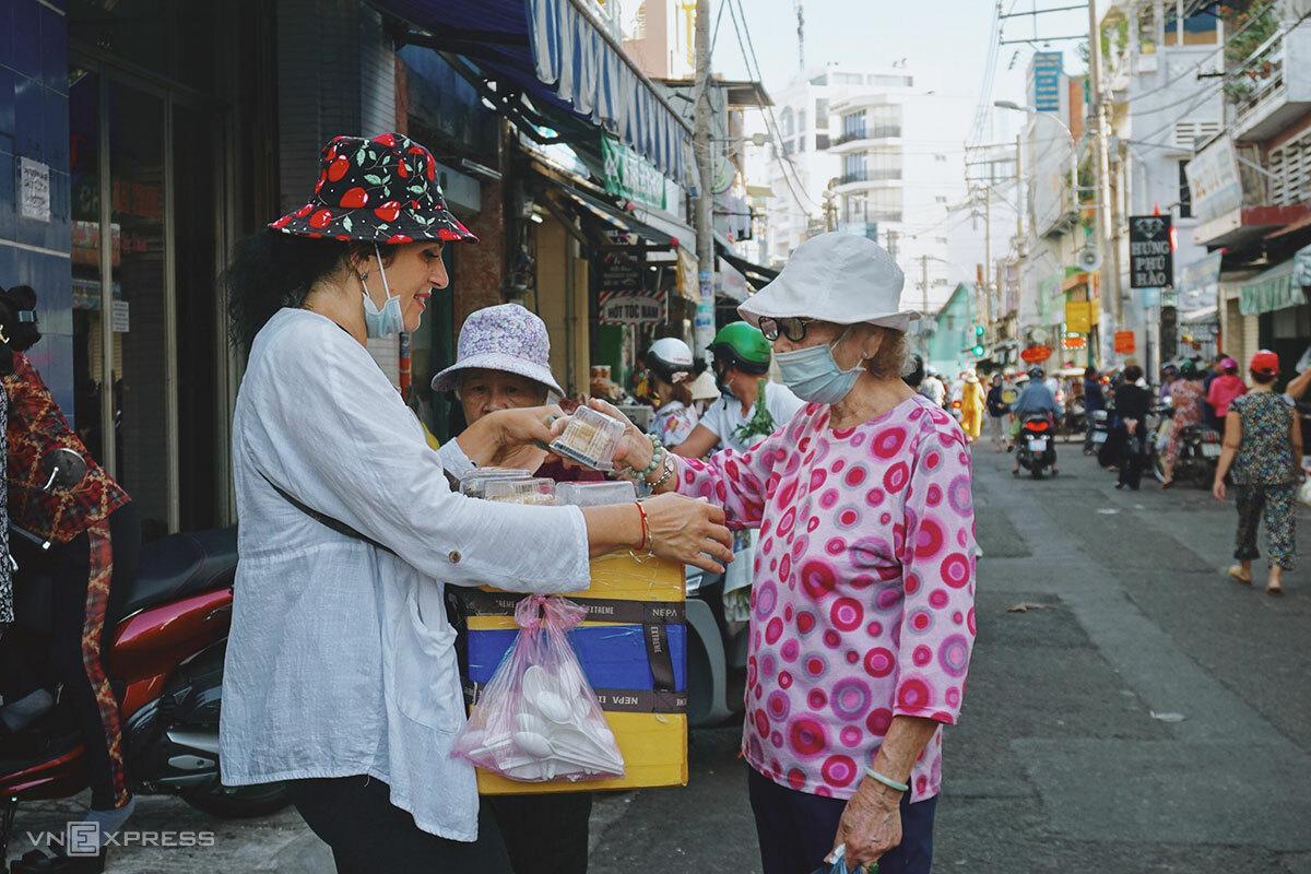 Irina (trái) bán hàng tại chợ Tân Định. Ảnh: Bảo Ngân