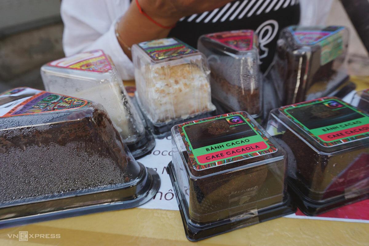 Irina thường bày các loại bánh trên thùng xốp. Khách mua hết loại nào, cô lấy thêm bánh mới ở trong thùng ra. Ảnh: Bảo Ngân