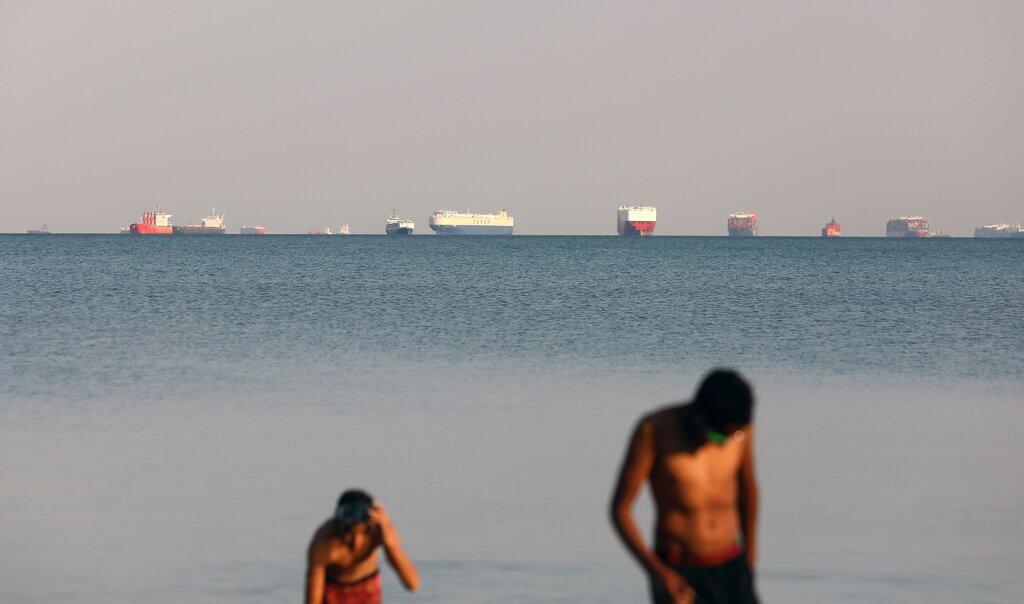 Các con tàu đang neo ngoài kênh Suez đợi được thông hành. Ảnh: Khaled Elfiqi/EPA theo Shutterstock