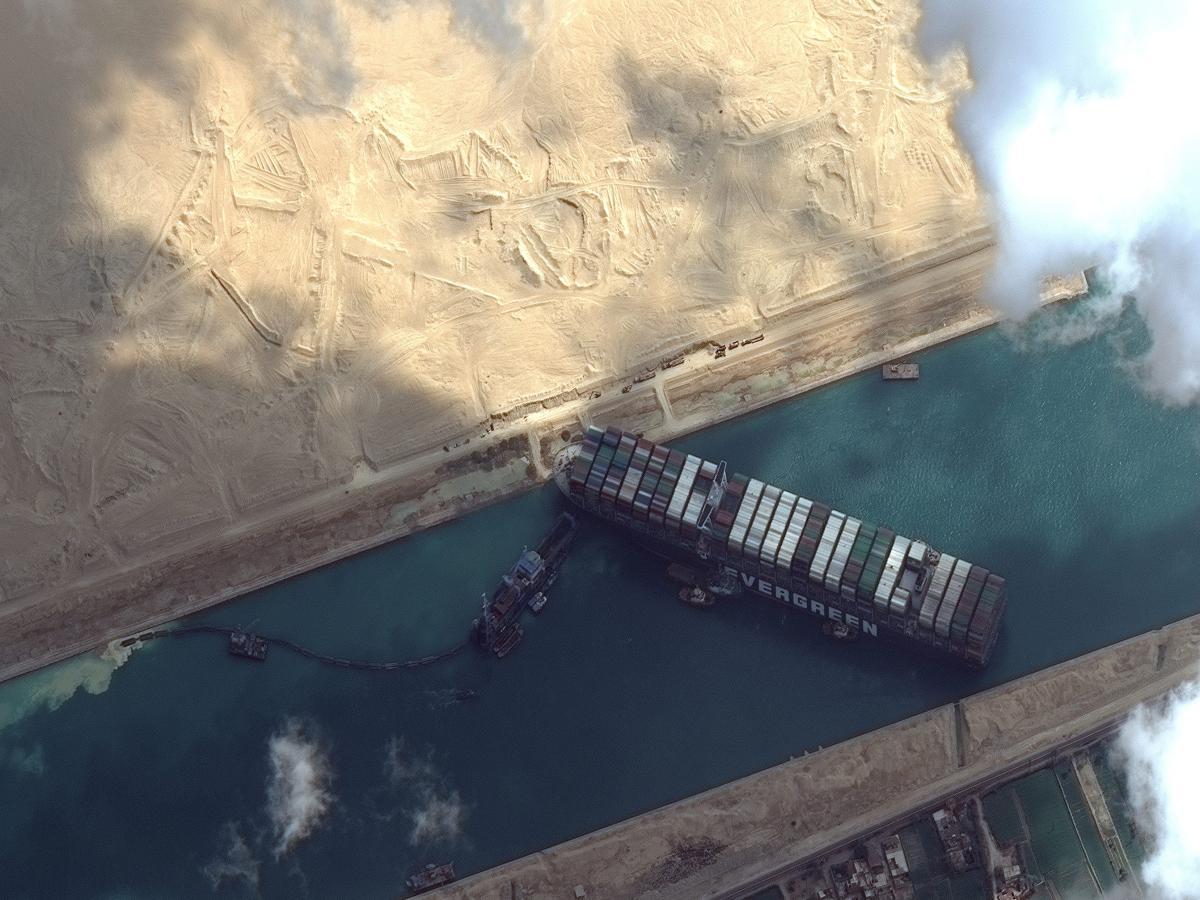 Tàu hàng Ever Given bịt lối tại kênh đào Suez. Ảnh: Quartz