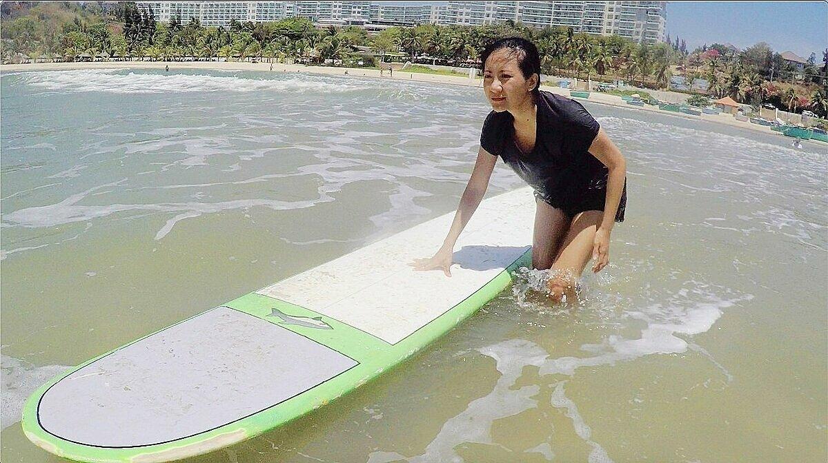 Người không biết bơi vẫn có thể tiếp cận môn lướt sóng. Ảnh: Thanh Hằng