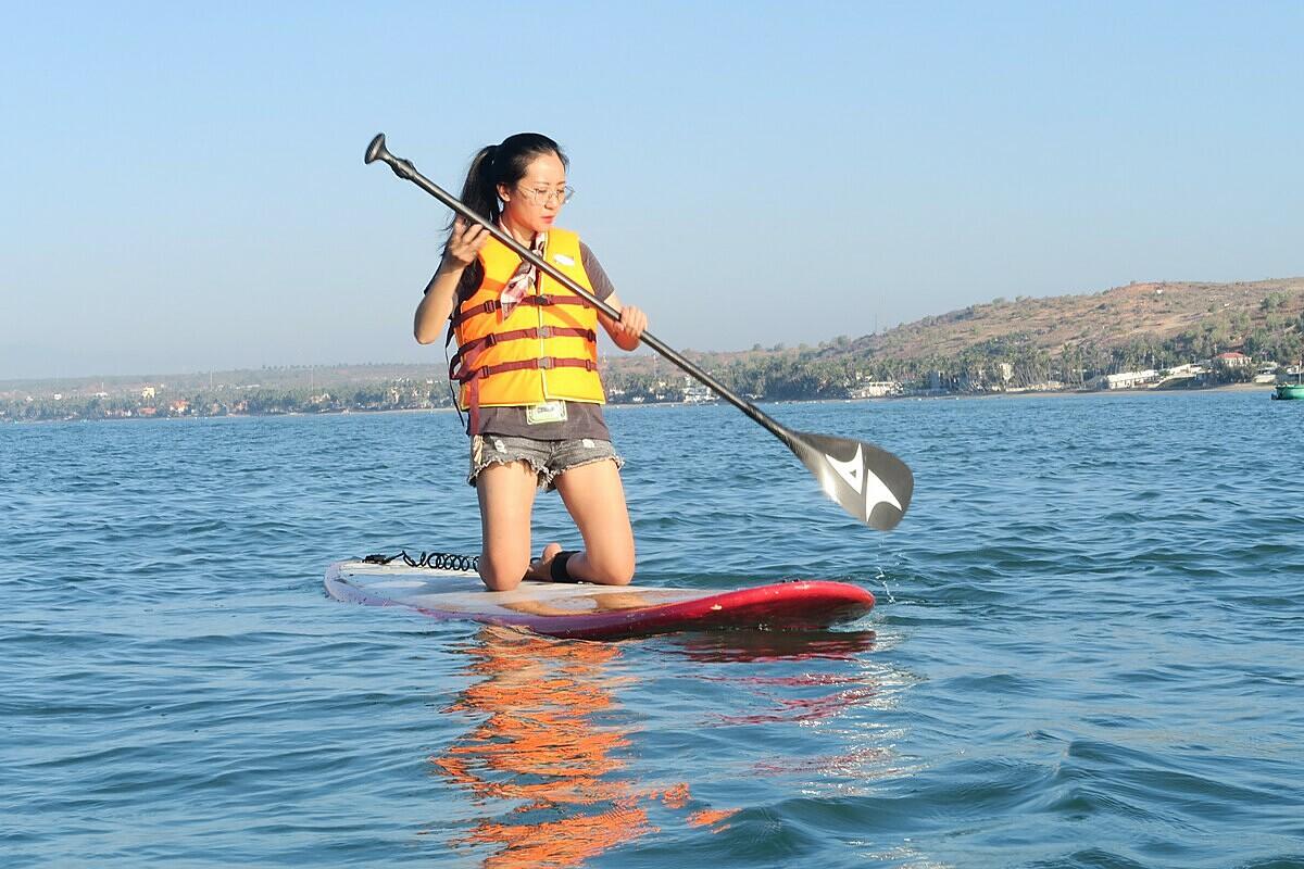Chèo SUP là môn thể thao nước phù hợp với mọi đối tượng. Ảnh: Thanh Hằng