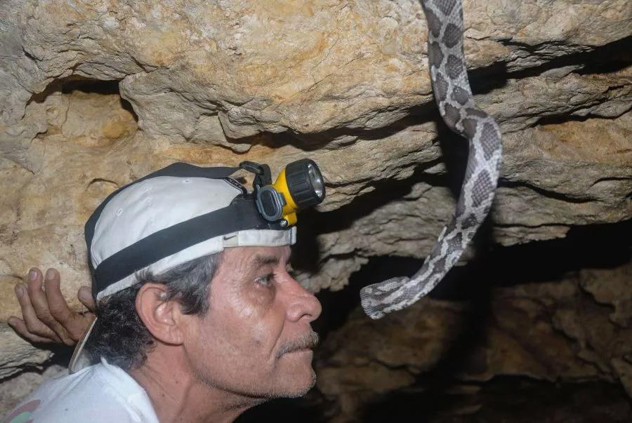 Nhà sinh vật học Bayona Miramontes trong hang. Ảnh: Alberto Friscione/Zenger