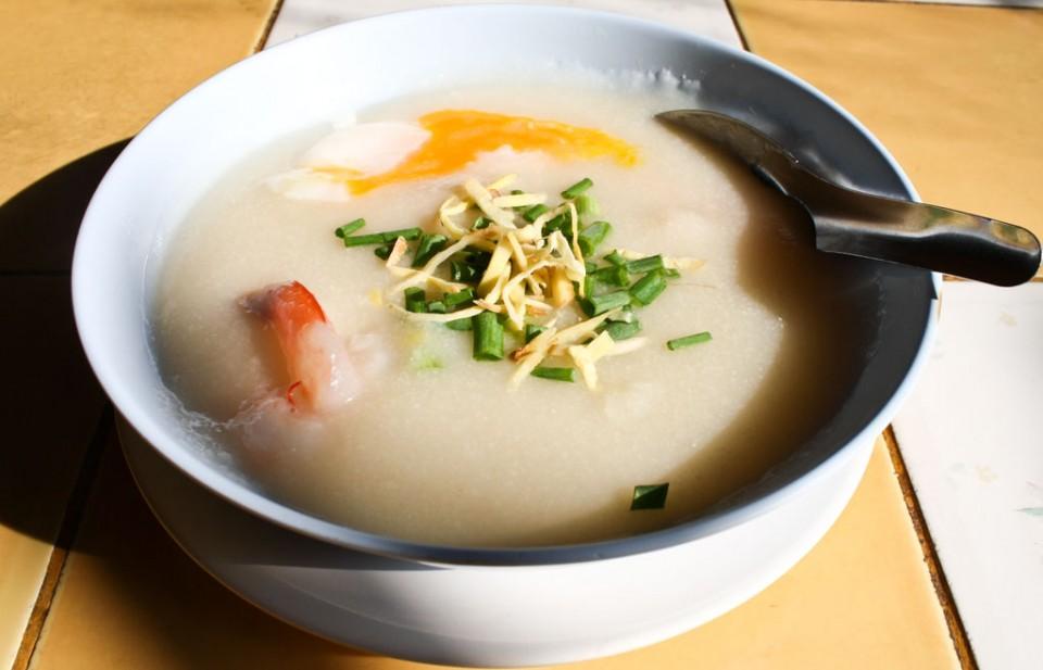 Cháo cũng là một trong những món điểm tâm sáng phổ biến ở hầu hết các nước Đông Nam Á. Ở Thái Lan, phổ biến nhất là jok. Món cháo sệt mịn này ăn cùng thịt lợn và thịt gà băm, một quả trứng, chút ớt xay, rau mùi và gừng bào sợi. Ảnh: Temple of Thailan