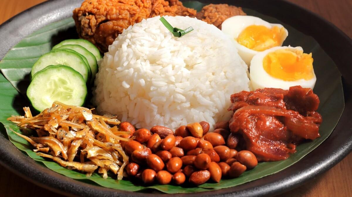 Những bữa sáng ngon tiếp theo nằm trong danh sách là cơm nasi lemak (ảnh), và roti canai của Malaysia. Nasi lemak là cơm nấu với nước cốt dừa, lá dứa với hương vị béo ngậy, ăn kèm cá khô nhỏ, đậu phộng, cà ri rendang (thường là thịt bò hoặc gà). Nó được coi là món ăn quốc bảo của đất nước và du khách dễ dàng tìm thấy trong các nhà hàng phục vụ bữa sáng. Còn roti canai là loại bánh phổ biến trên đường phố Malaysia, làm bằng bột mì với nhân hành, trứng hay phomai.  Ảnh: Shutterstock