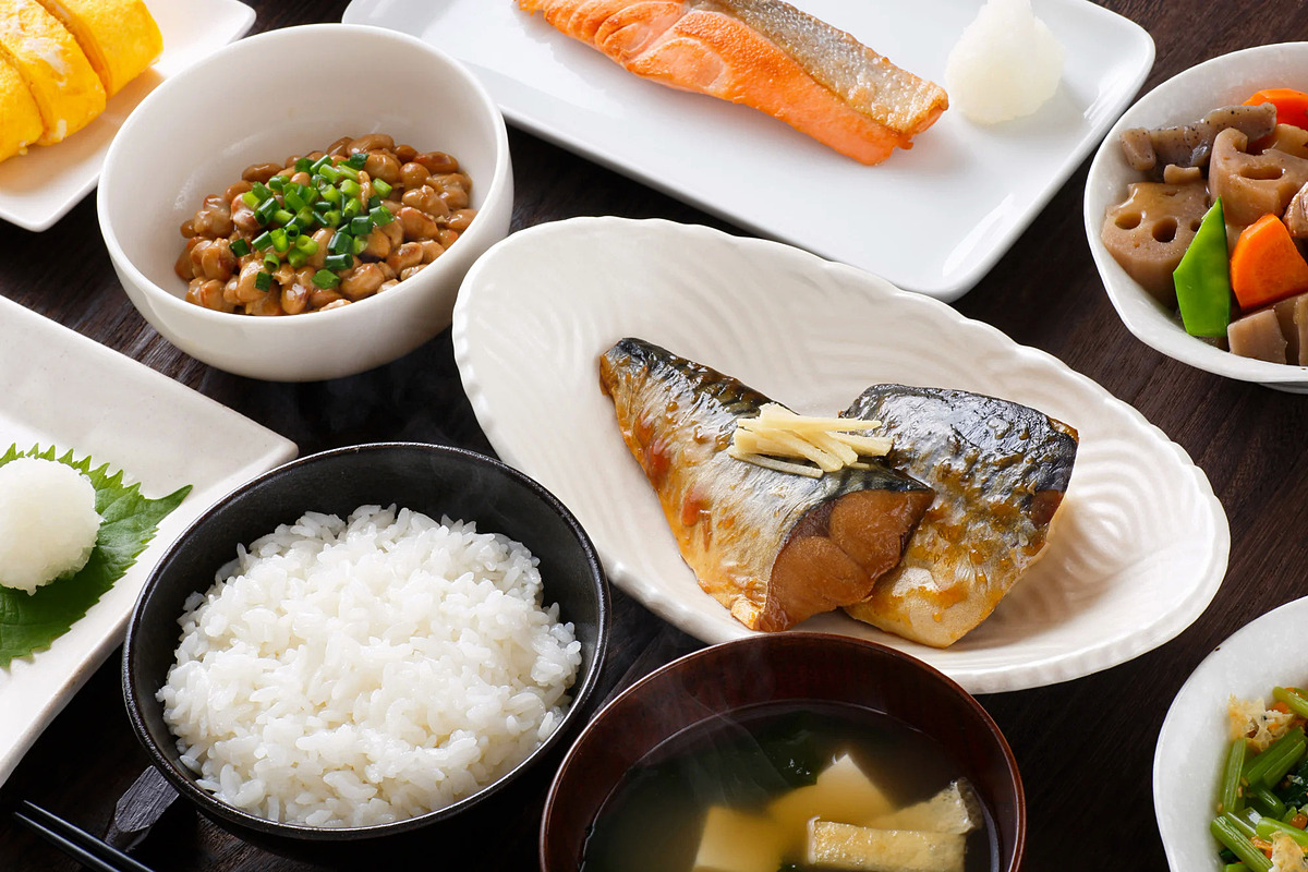 Nếu muốn có bữa sáng thịnh soạn, SCMP khuyên du khách hãy đến Nhật Bản. Người dân xứ sở mặt trời mọc thường ăn cơm trắng kèm súp miso (đậu nành lên men), cá nướng, dưa muối tsukemono, trứng tráng... Ảnh: Shutterstock
