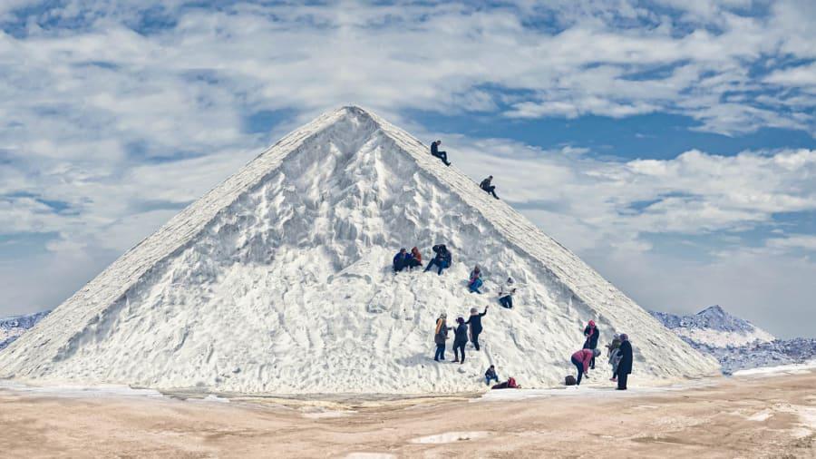 Ở Ai Cập, tuyết rơi là một hiện tượng cực kỳ hiếm thấy, vì vậy môn trượt tuyết cũng chỉ là mơ ước của nhiều người nơi đây. Tuy nhiên, đến thành phố Port Fouad, phía đông bắc nước này, người dân và du khách vẫn có thể trải nghiệm trượt tuyết bằng cách trượt xuống những núi muối trắng xóa như tuyết này.Port Fouad đột nhiên trở thành điểm thu hút du khách sau khi hình ảnh người dân trượt trên núi muối lan truyền trên các mạng xã hội giữa tháng 3. Từ đó du khách từ khắp các vùng của Ai Cập kéo tới đây ngày một đông để chơi đùa