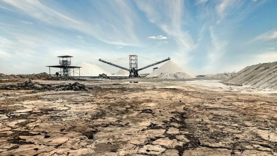 Nhiếp ảnh gia Ai Cập Mohamed Wardany chia sẻ với CNN, du khách có thể tới các núi muối bằng cách đi phà qua kênh đào Suez. Những bức ảnh của Wardany chụp tại đây là một phần của dự án ảnh anh chụp Ai Cập ở những góc nhìn khác nhau. Các núi muối này nhắc nhớ tới các Kim tự tháp cổ đại - điểm du lịch và cũng là di sản Ai Cập đang bị lãng quên.