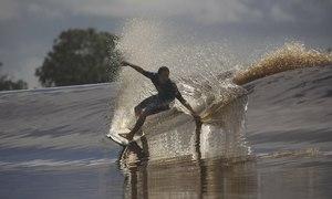 Người lướt con sóng dài nhất thế giới trên sông Amazon