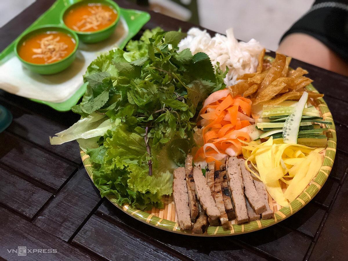 Món nem nướng Nha Trang tại Hà Nội. Ảnh: Ngân Dương