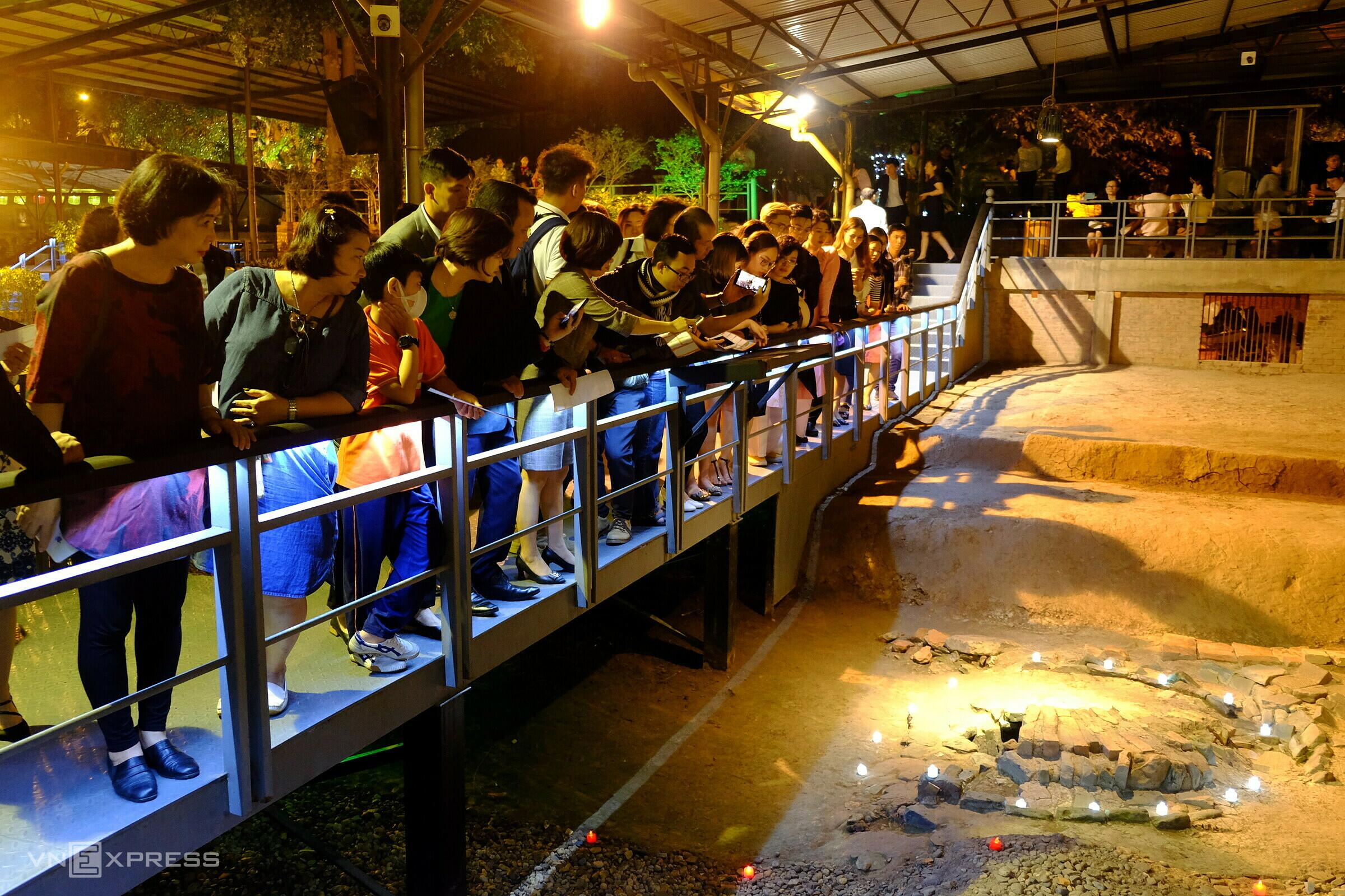 Các doanh nghiệp khảo sát tour đêm Giải mã Hoàng Thành Thăng Long. Ảnh: Khánh Trần