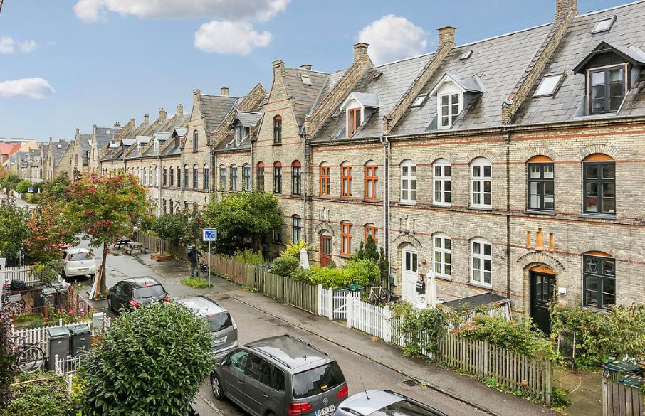 Dù được xây dựng để phục vụ tầng lớp lao động của thế kỷ 19, khu phố này ngày nay là một trong những nơi đắt đỏ nhất được săn đón nhất tại thủ đô. Một trong những lý do là nó nằm ở khu vực trung tâm, đường phố an toàn và các ngôi nhà có kích thước được đánh giá là hoàn hảo, đủ không gian riêng tư. Đến Copenhagen, khách du lịch thích tìm hiểu kiến trúc cổ thường mách nhau về Kartoffelrækkerne bên cạnh những trải nghiệm như thuê xe đạp đi vòng quanh thành phố, khám phá các cửa hàng bán đồ cũ, ngắm thành phố từ các con kênh... Ảnh: Urbanitarian