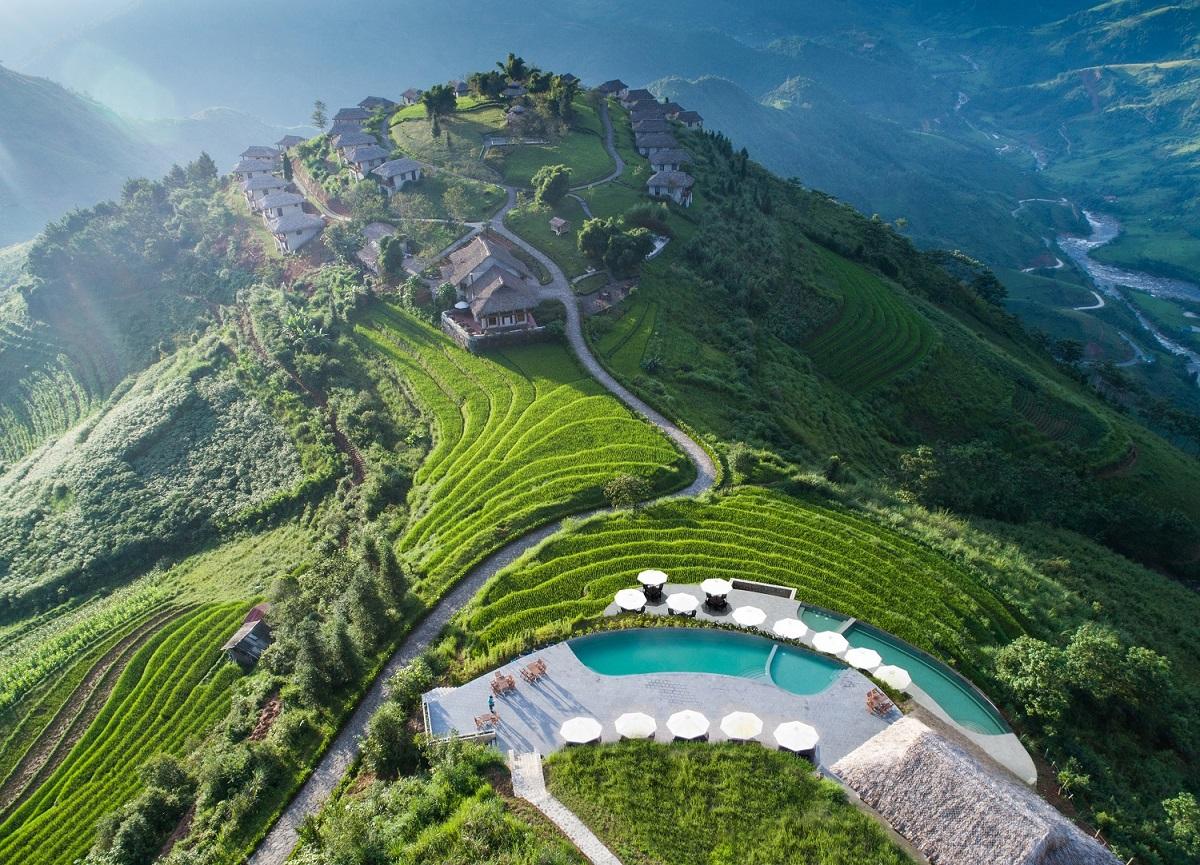 Bể bơi vô cực view núi rừng trong khu nghỉ dưỡng. Ảnh: Topas Ecolodge.