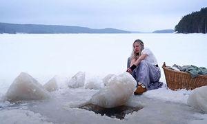 Cô gái giặt quần áo giữa hồ băng Bắc Âu